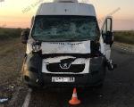 Четыре человека пострадали в столкновении микроавтобуса с грузовиком в Калмыкии