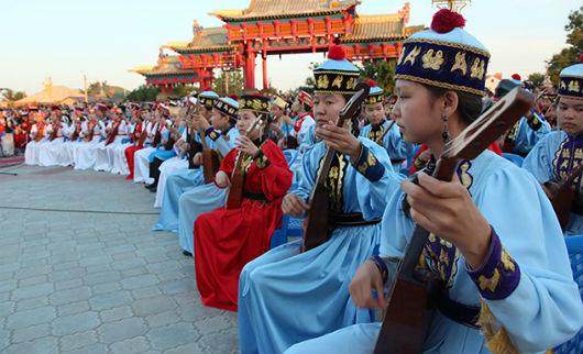 В Калмыкии совершили грандиозное музыкальное подношение Его Святейшеству Далай-ламе и Трем Драгоценностям